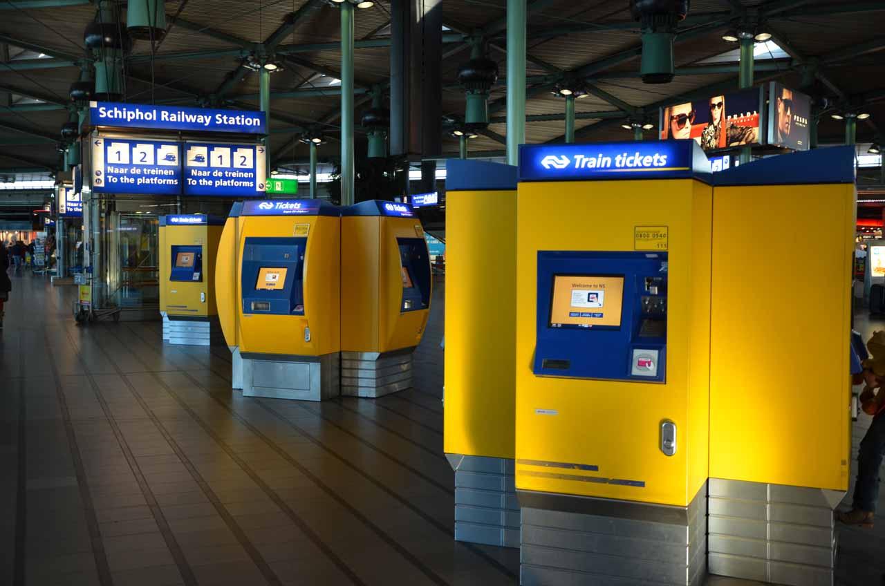 Автоматы для покупки билетов на поезд в Схипхол
