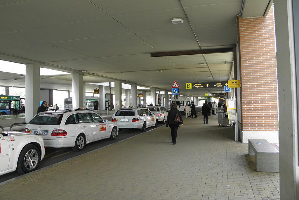 Из аэропорта Марко Поло на такси до отеля